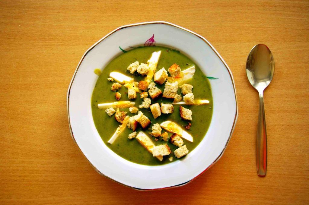 Sorrel_soup_with_egg_and_croutons_(Zupa_szczawiowa_z_jajkiem_i_grzankami)